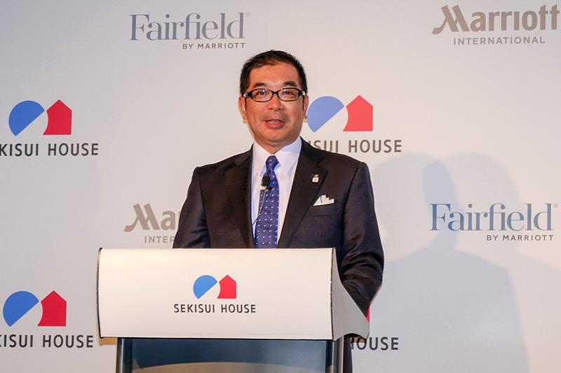 記者会見でプロジェクトの概要を説明する、積水ハウス株式会社 代表取締役社長の仲井嘉浩氏