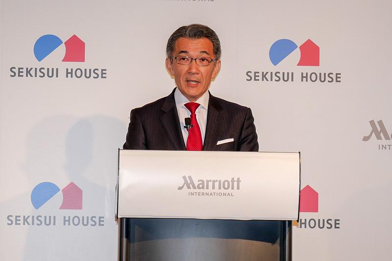 フェアフィールド・バイ・マリオットの概要を説明する、マリオット・インターナショナル 日本・グアム担当エリアヴァイスプレジデントのヴィクター大隅氏