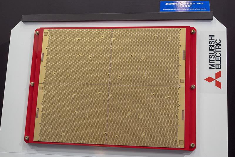 三菱電機が展示したKaバンド対応の航空機用平面アンテナ。写真左が送信用、写真右が受信用
