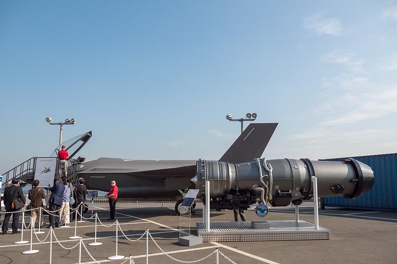 ロッキード・マーチンが展示しているF-35の実物大モックアップ。コックピットへの搭乗も可能