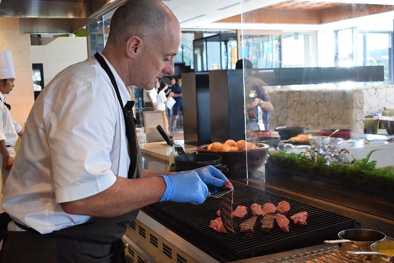 オススメメニューの一つ、ブラックアンガス牛ステーキを焼く総料理長のトーマス・グロスマンさん