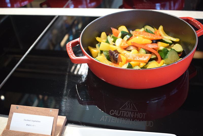野菜ソテーは色合いがとてもきれいで、鍋に入っているだけでも絵になる