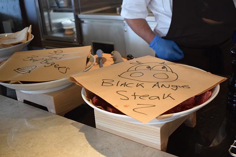 ブラックアンガス牛肉にカバーしてある紙に、おちゃめなイラストが