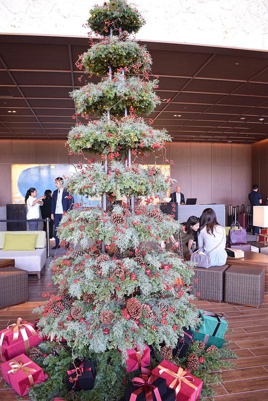 ホテルロビーにはクリスマスツリーがお目見え