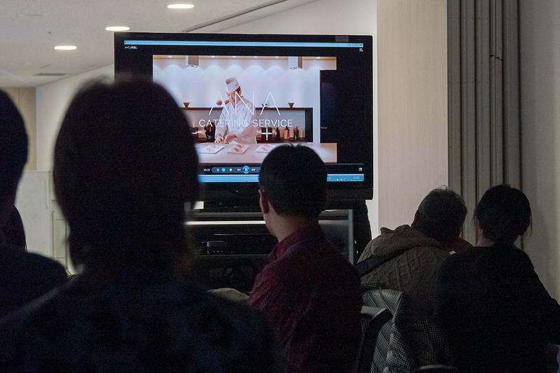 参加者はまず7チームに分かれ、機内食工場見学に。見学待ち時間にはANAケーリングサービスの会社紹介ビデオが上映された