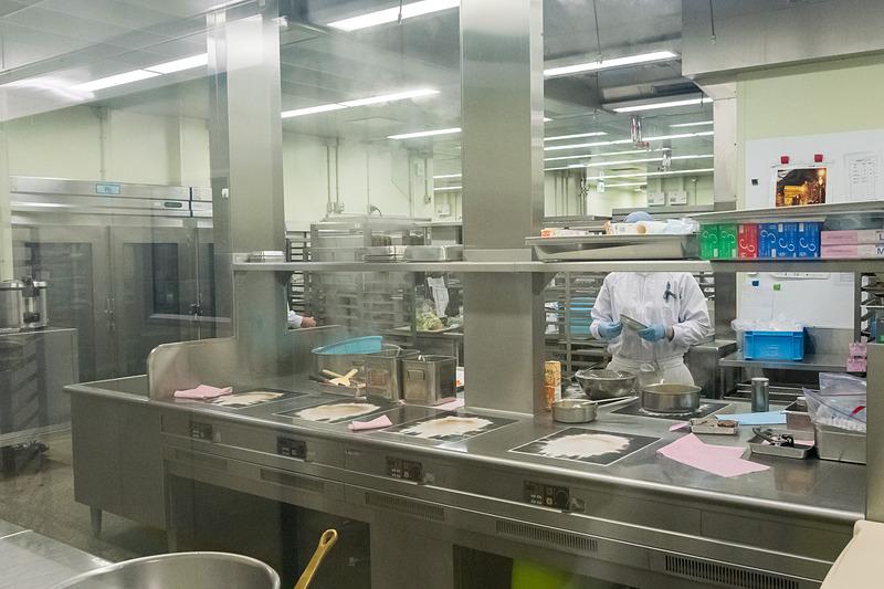 メインキッチン。オムレツを除いてはIHコンロを使っているなどの説明があった
