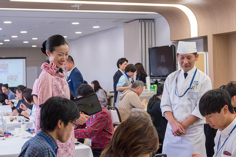 CA(客室乗務員)とシェフによる、機内さながらのカートを用いた配膳ののち試食。参加者同士で異なるメニューの写真を撮り合ったり、シェフと話しをしたり、それぞれの時間を楽しんでいる様子だった