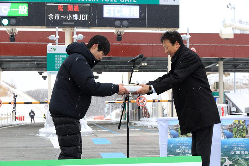 開通第2~5号車のドライバーには証明書と記念品を贈呈