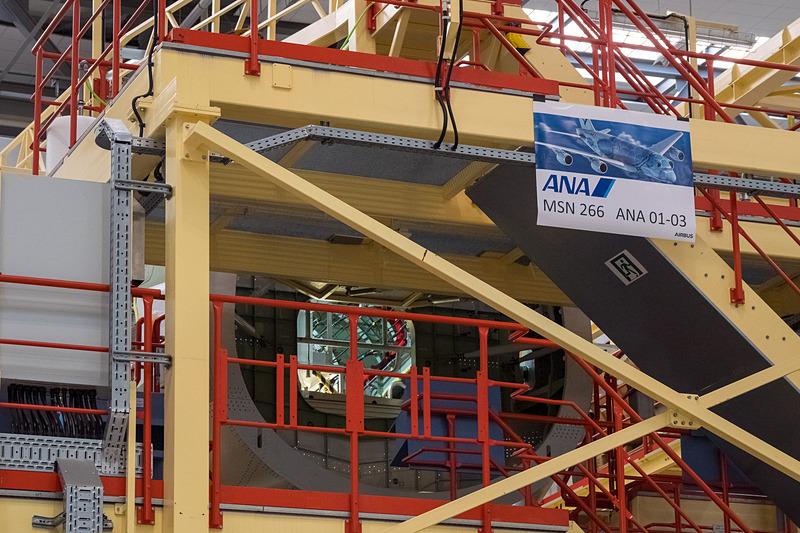 ANA向け3号機の胴体後部の組み立ても進められている
