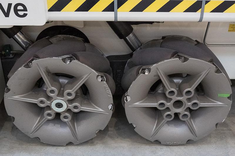 ちょっと変わった車輪が付いた台車。この車輪によって前後だけでなく、旋回せずに左右にも動けるという