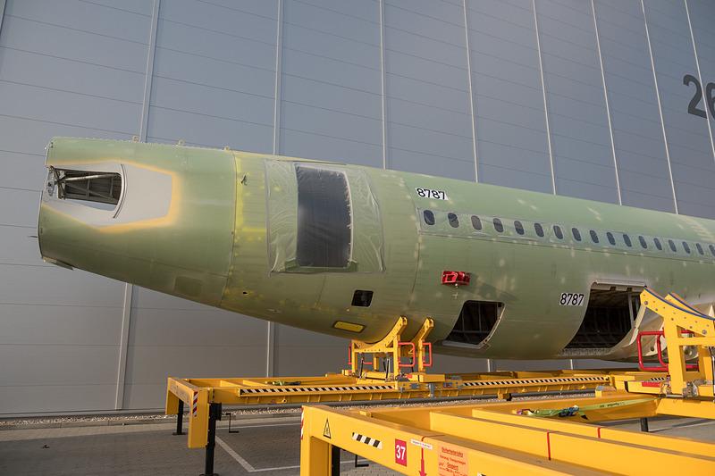 工場の入り口にはナローボディ機の胴体も