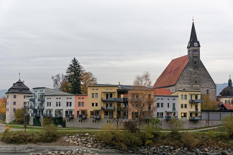 カラフルな家と教会が建ち並ぶ