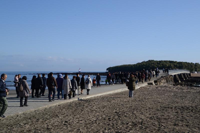 雲一つない青空。橋を渡った島のなかに青島神社がある