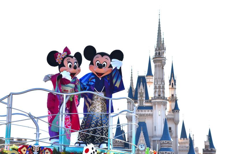 和装でミッキーマウスたちがお正月をお祝い