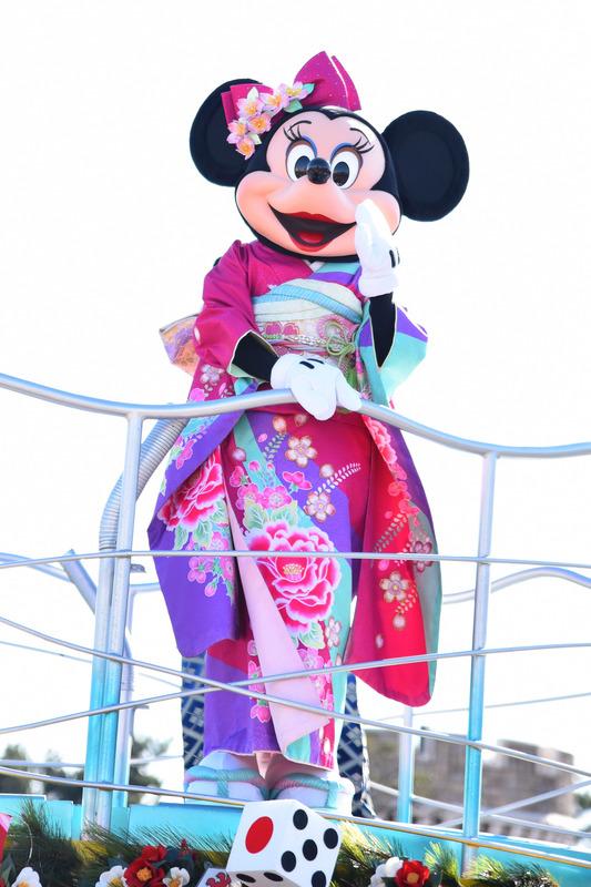 ミニーマウスは振袖で華麗な姿を披露