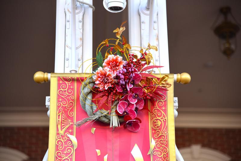 花を中心に水引などでエレガントに作られたお飾り