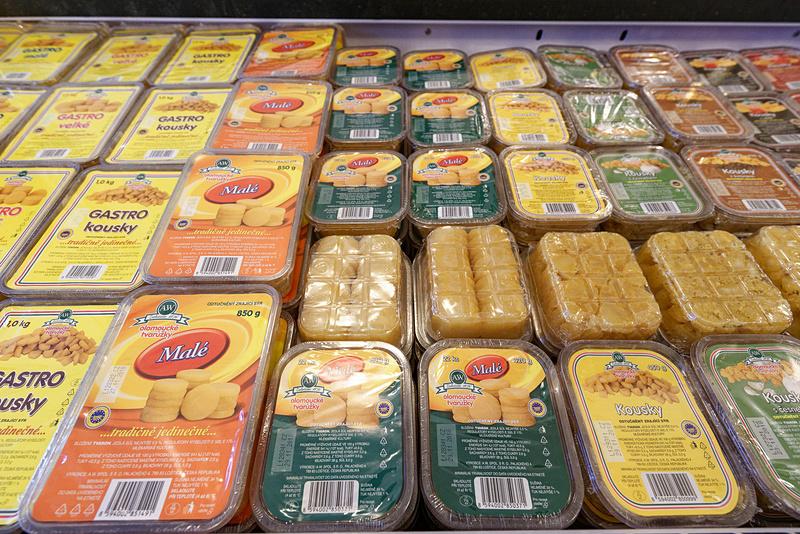 コイン風の形をしているのがベーシックなトヴァルーシュキ(写真中央)。日本の一般的なチーズと比べると少しクセがあるので、好き嫌いは分かれるかも