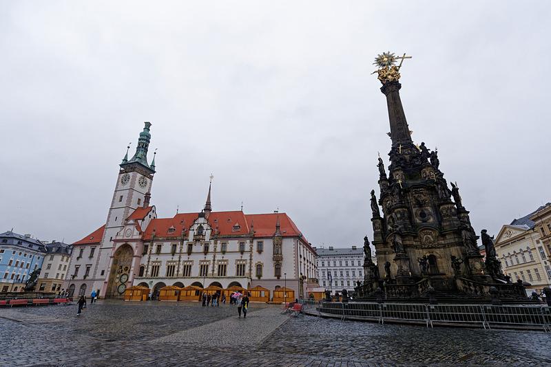 左奥に見えるのが時計台となっている市庁舎。壁面には天文時計がある