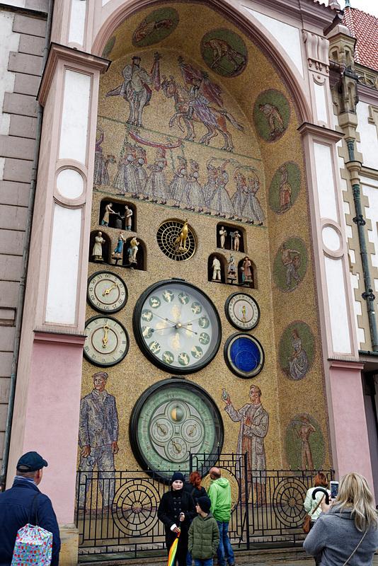 月齢、年月日、曜日、時刻が針で示されるアナログな天文時計