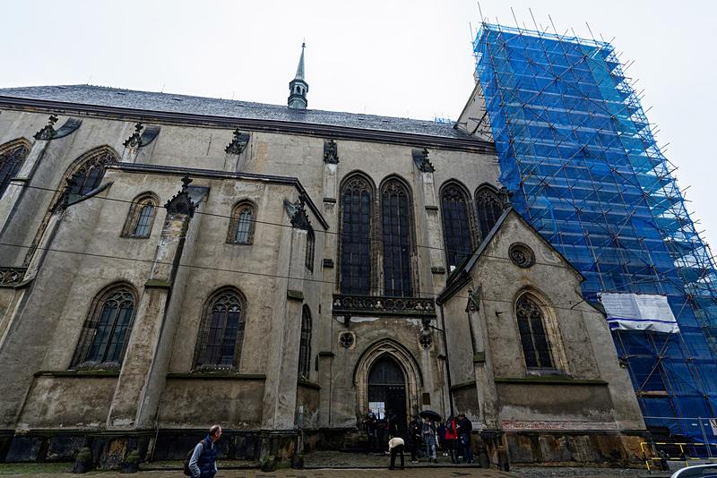 聖モジツ教会の外観と内部