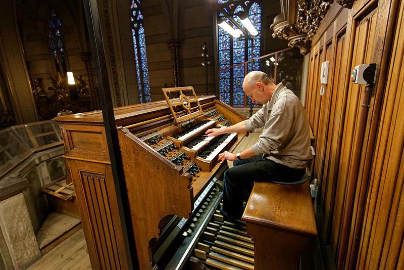 3段の鍵盤とフットペダル、さらに多数のレバーを操って演奏する