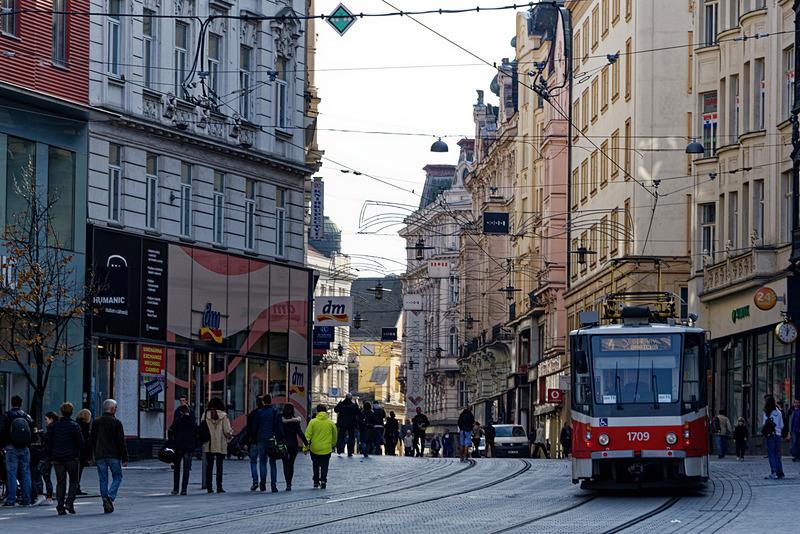 駅前や市街地ではトラムが走る