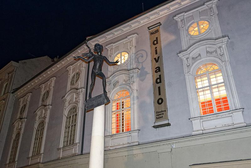 劇場の正面に建っている像は、子供のころのモーツァルトだという