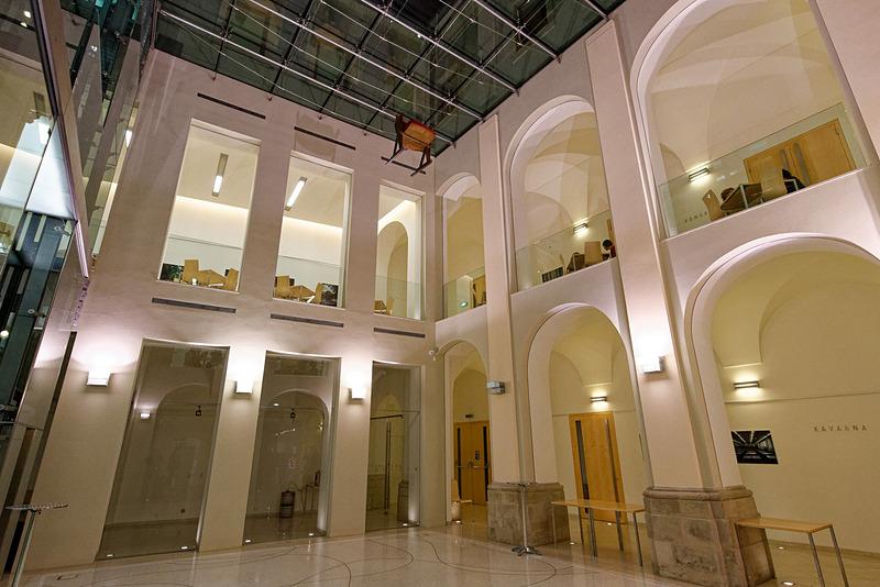 歴史を感じさせる外観とは違い、内装は現代的な設計になっている