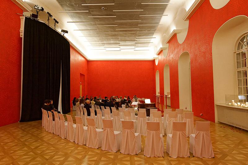 オペラの上演会場。実際のところ、想像していたのはステージのあるもっと広い劇場だったのだが、演者を間近で見られるのはうれしい