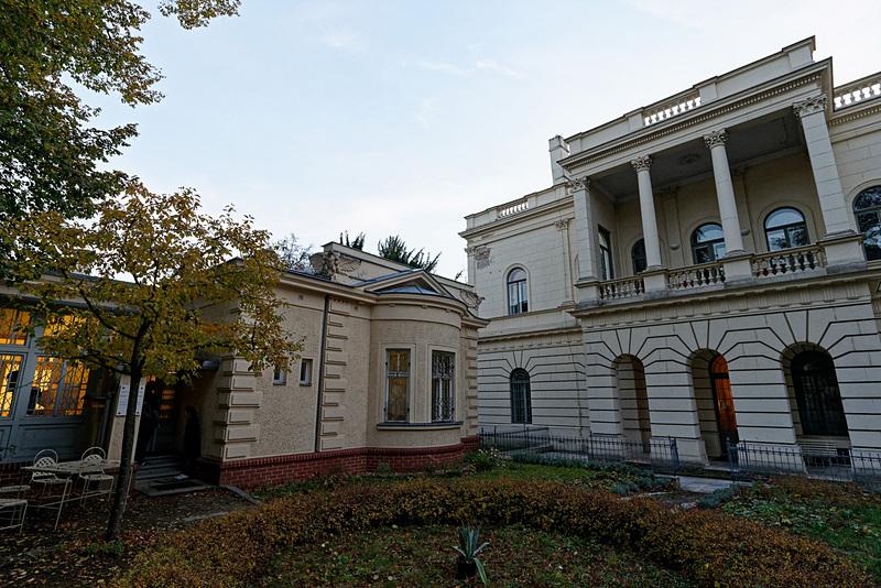 左がレオシュ・ヤナーチェク記念館。右に見えるのが音楽学校