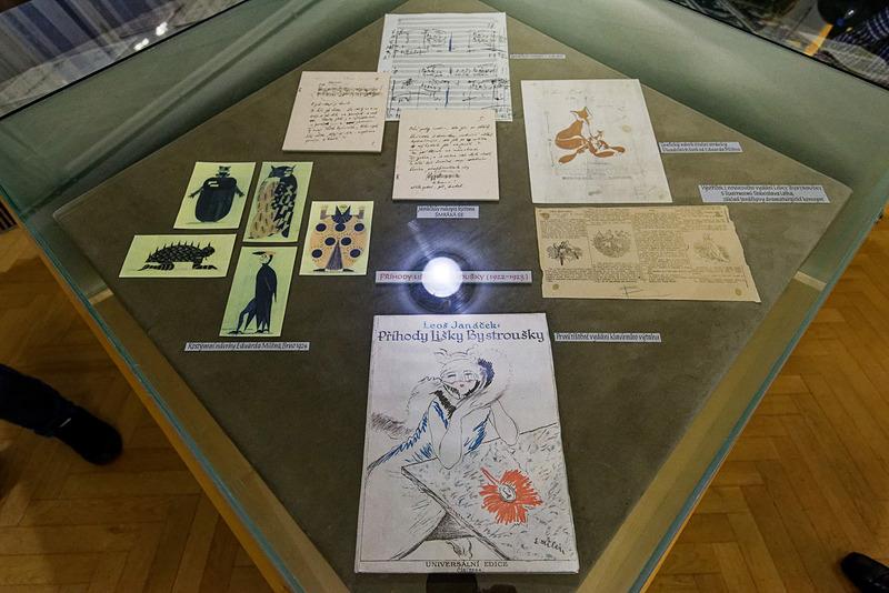 直筆の楽譜のほかにも、表紙を飾ったイラストや写真といった資料も見られる