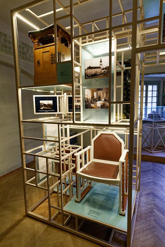ユルコビッチが製作を手がけた椅子などの家具も年代別に見られる