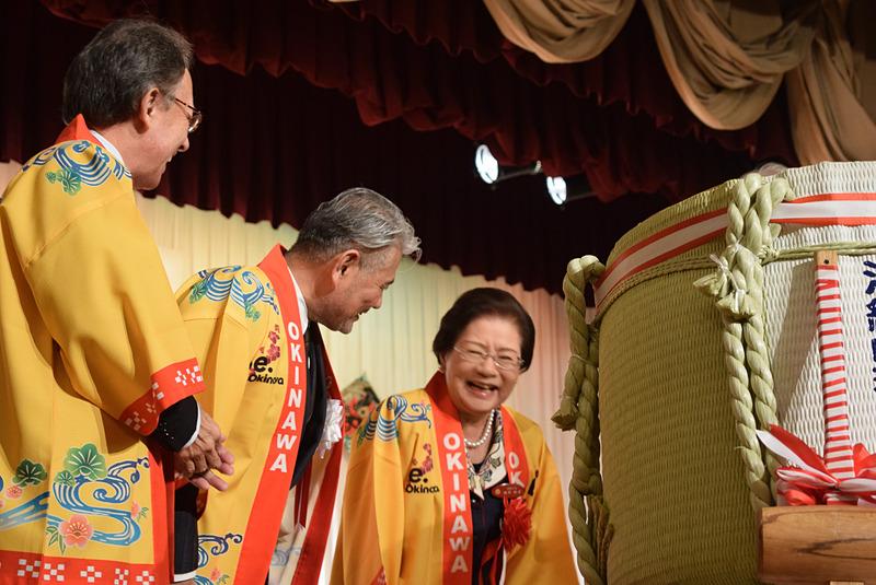 乾杯のあとの和やかな3ショット。左から玉城知事、平良会長、城間那覇市長