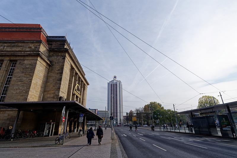 広大なエントランスと駅前の風景