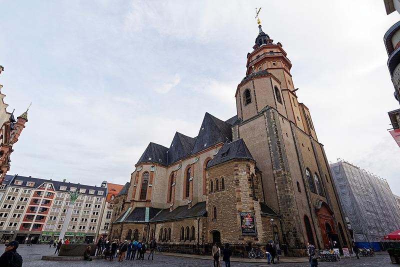聖ニコライ教会と、広場に設置された平和の泉