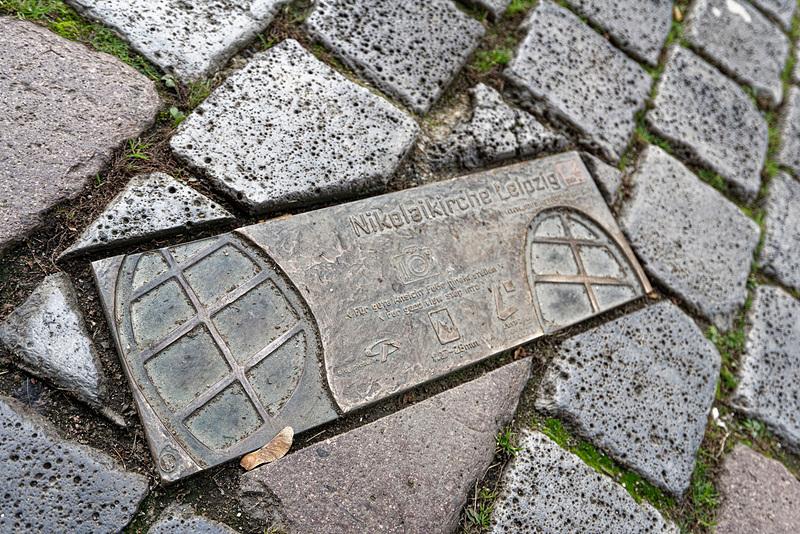 聖ニコライ教会は「ここから撮るとベストアングル」としているマークが地面に描かれている