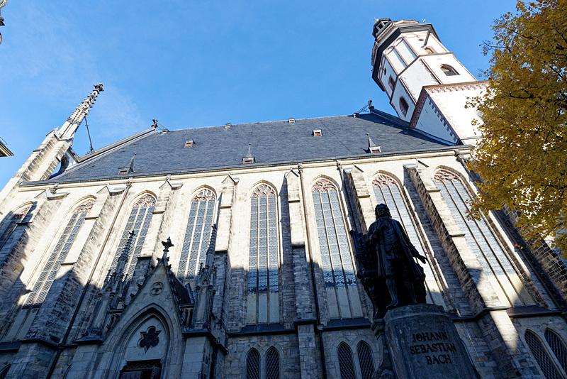 聖トーマス教会の前に設置されたバッハの銅像