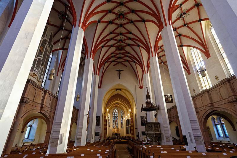教会の内部へ