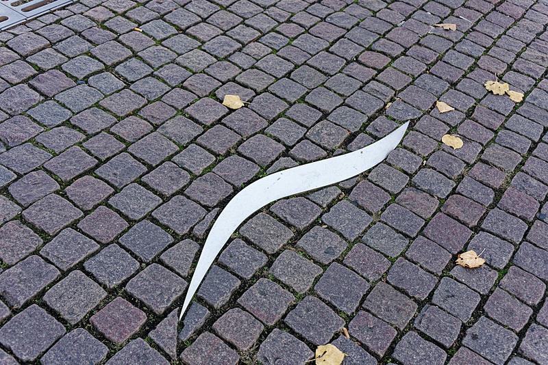 石畳の地面のところどころにある矢印プレート。指し示す方向に向かうと音楽関連の観光スポットが見つかる