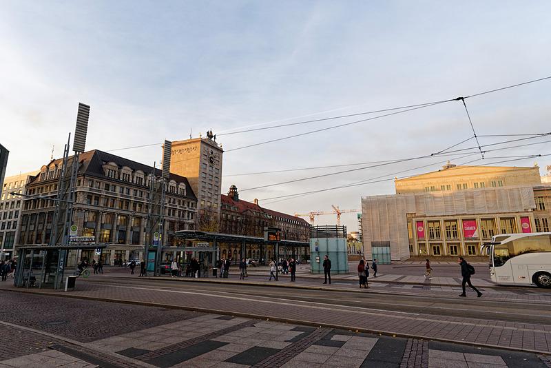 右に見えるのがライプツィヒ歌劇場