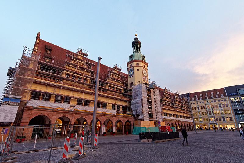 1900年まで使っていた旧市庁舎(改装中)と広場