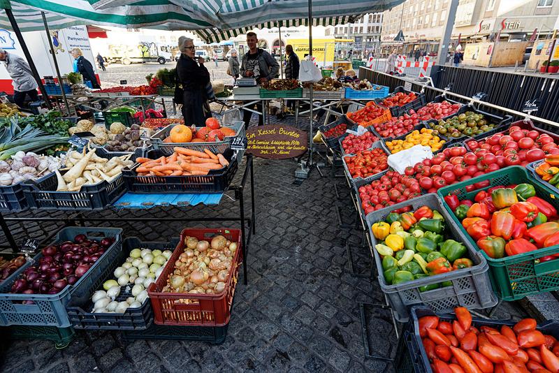 この広場は朝になるとマーケットが開かれる