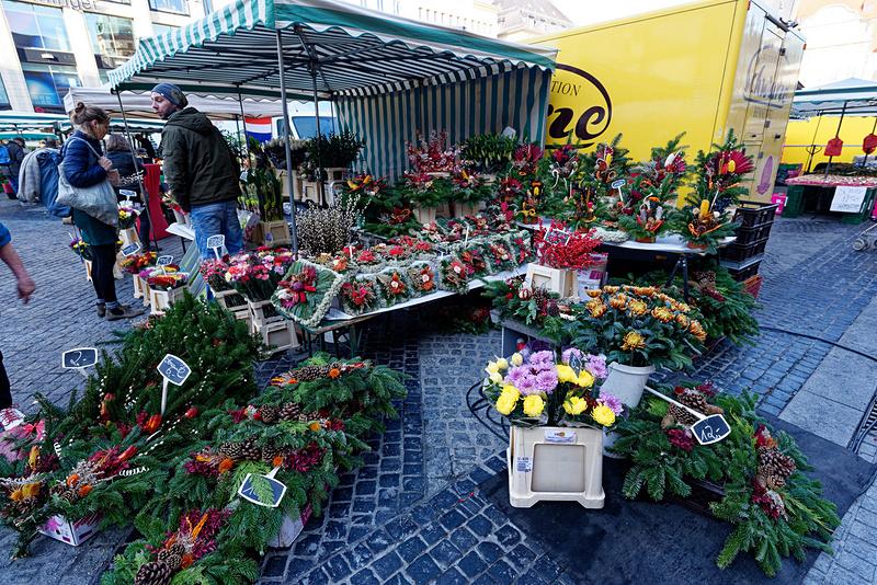クリスマス前の季節だったこともあるのか、クリスマスリースのような飾りも売られていた