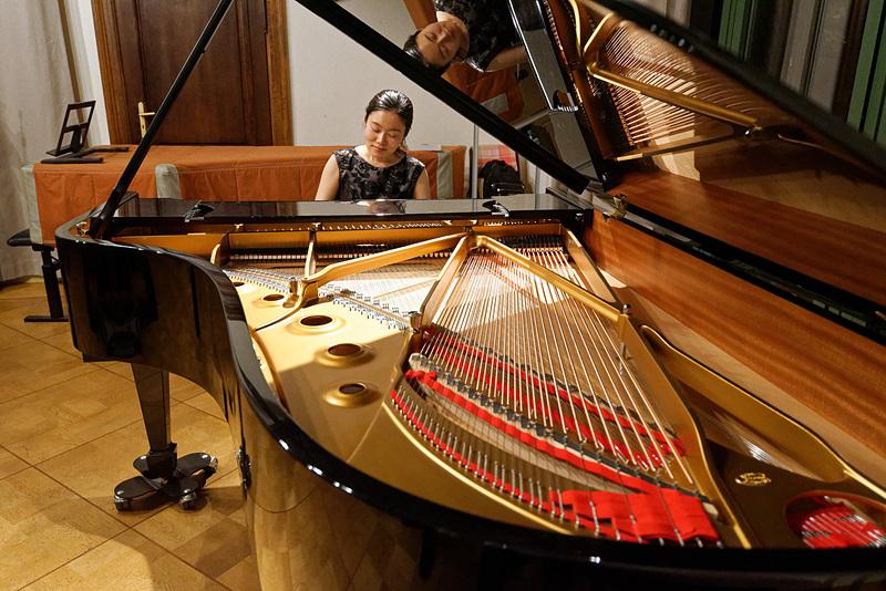 ピアノ演奏を披露する渡辺さん