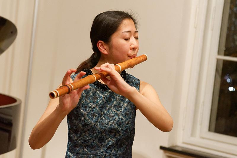 フルートと古楽器を使い分ける大井さん。音の出し方も指使いもかなり異なるという