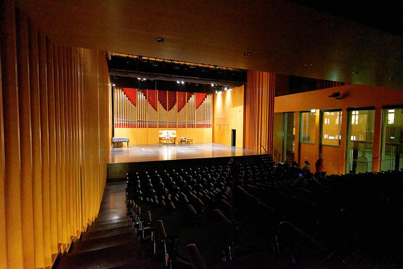 大ホールには大型のパイプオルガンが設置。夜にもかかわらず熱心に練習している中国人学生の姿もあった