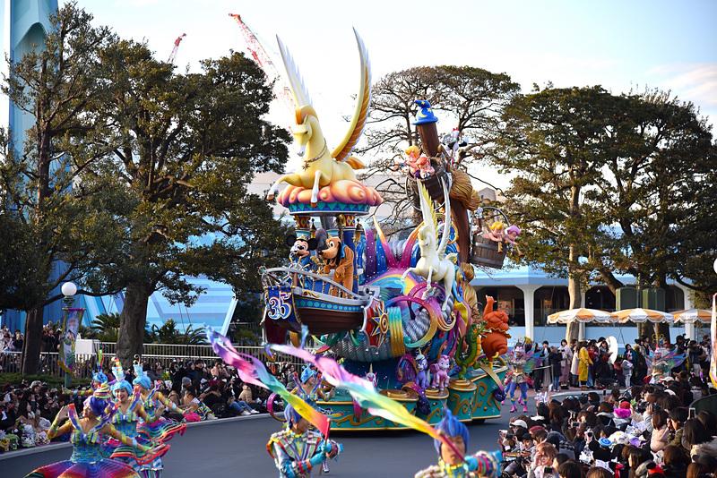 パレードは「夢の世界への入り口」のユニットから華やかに始まる