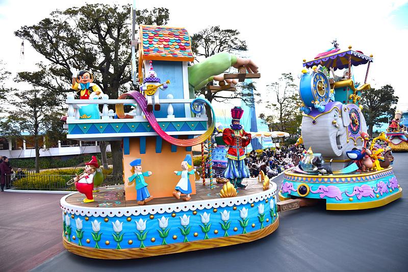 操り人形や木のおもちゃがピノキオたちと楽しく踊る、おもちゃがたくさんあしらわれたフロート