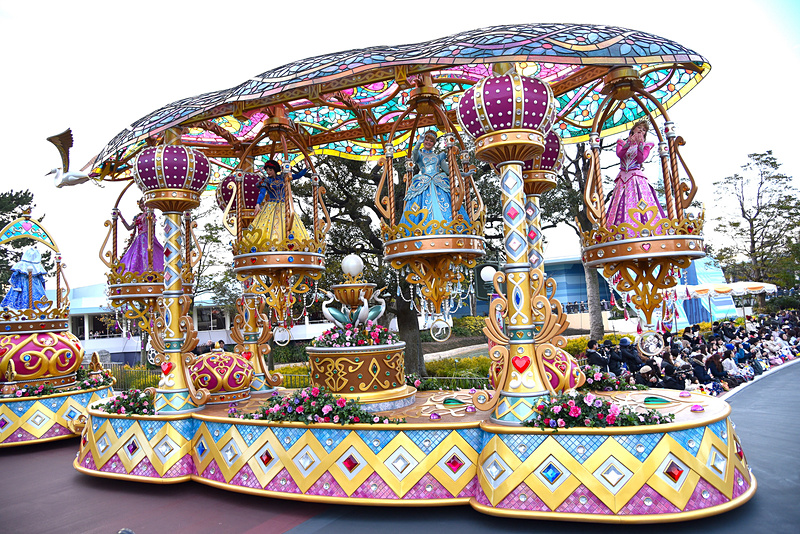 ステンドグラスのような美しさが魅力のディズニープリンセスが乗っているキラキラ輝くクリスタルのシャンデリアのフロート