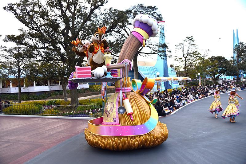 お菓子を載せた魔法のほうきに乗っているチップとデールのフロート